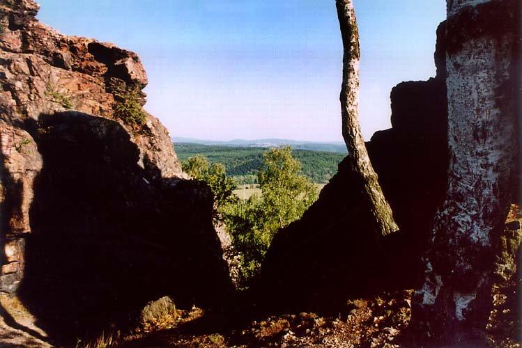 skalní průrva rozdělující obě části skal