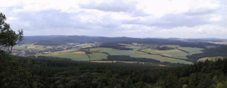výhled z Čertovy kazatelny na panorama středních Brd (VVP)