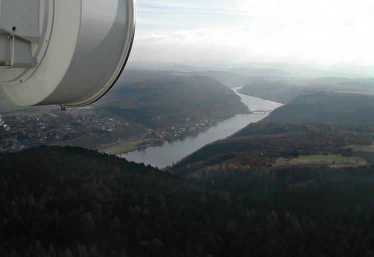 Vltava s železničním mostem u Měchenic