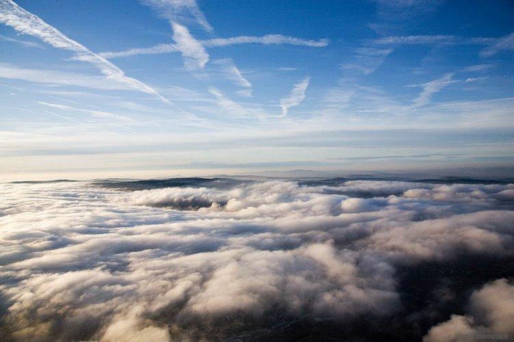 lesy pod mraky