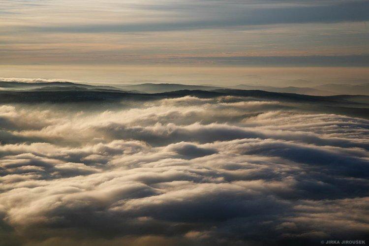 proud mraků nad lesy