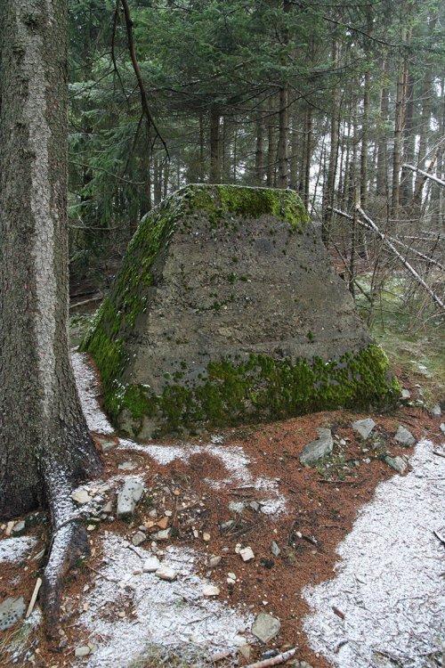 Sokl věže Heinrich na samém okraji náhorní plošiny
