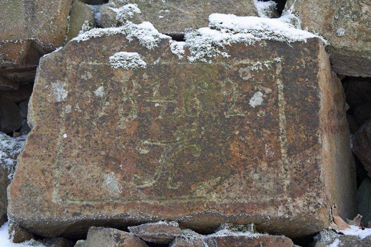 Třemšín - kámen vsazený do tělesa mostu
