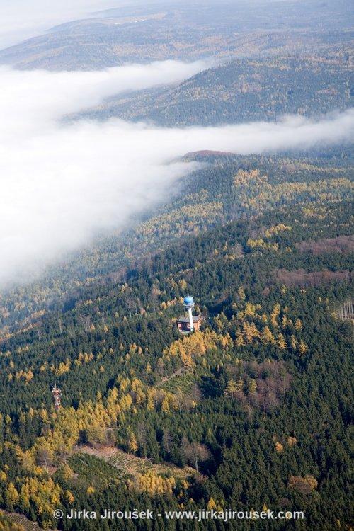 telekomunikační věž a radar řízení let. provozu Písky