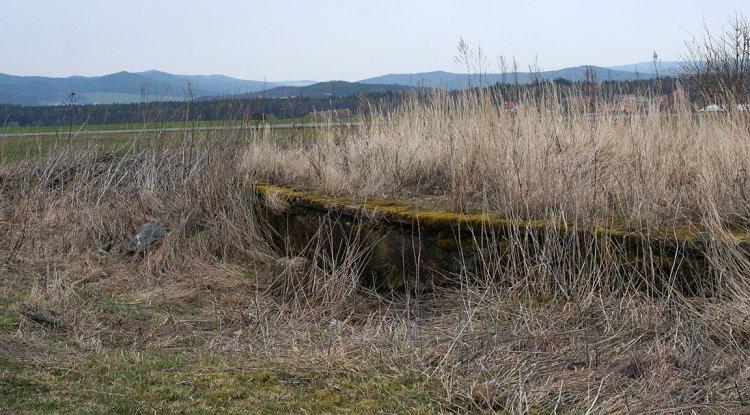 Dráha pro Bernhard a v pozadí Brdy