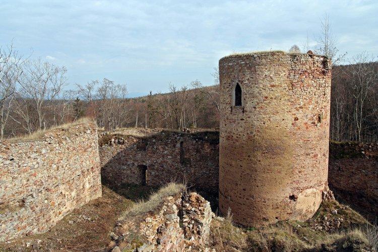zřícenina Valdeka - věž a okolí