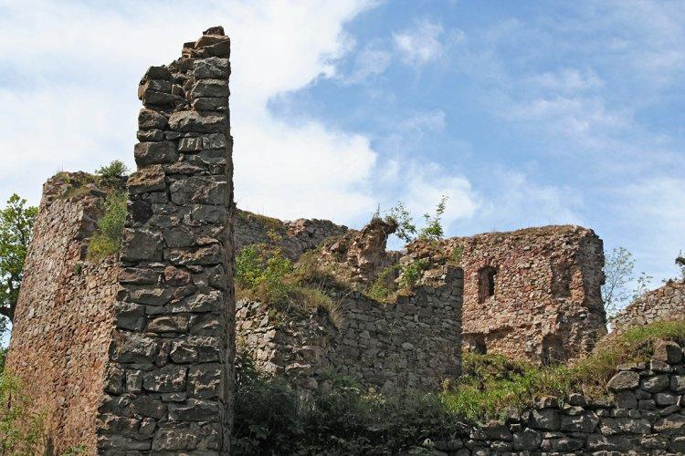 zřícenina Valdeka - obvodové zdivo paláce