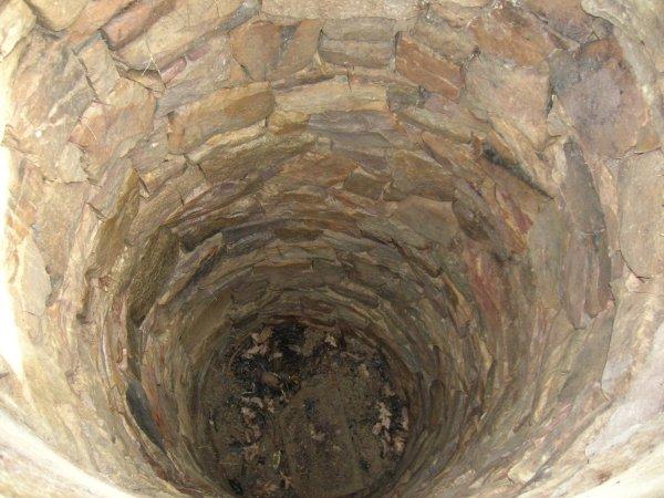 Kamenná studna u partyzánského pomníku