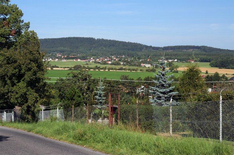 Pohled od trasy Dolních Struh přes údolí Litavky (fotografie z ulice Ke Stadionu)