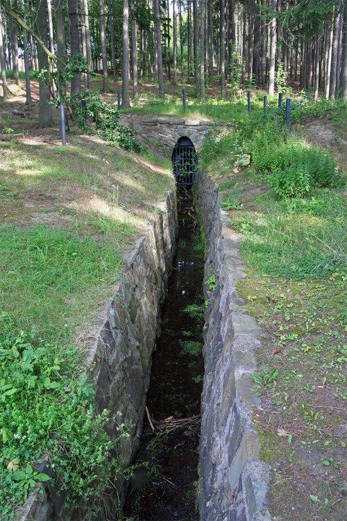 Vyústění odtokové štoly, vedoucí kdysi vodu z komory vodního kola dolu Drkolnov