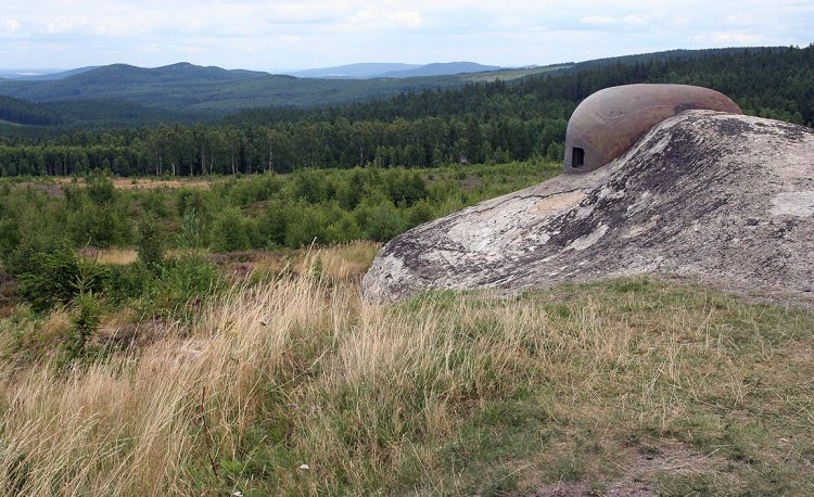 Kulometný zvon srubu CE, v pozadí Jinecké Hřebeny