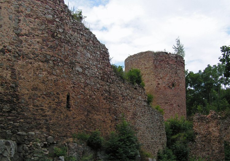 zřícenina Valdeka - ubývající výška hradeb