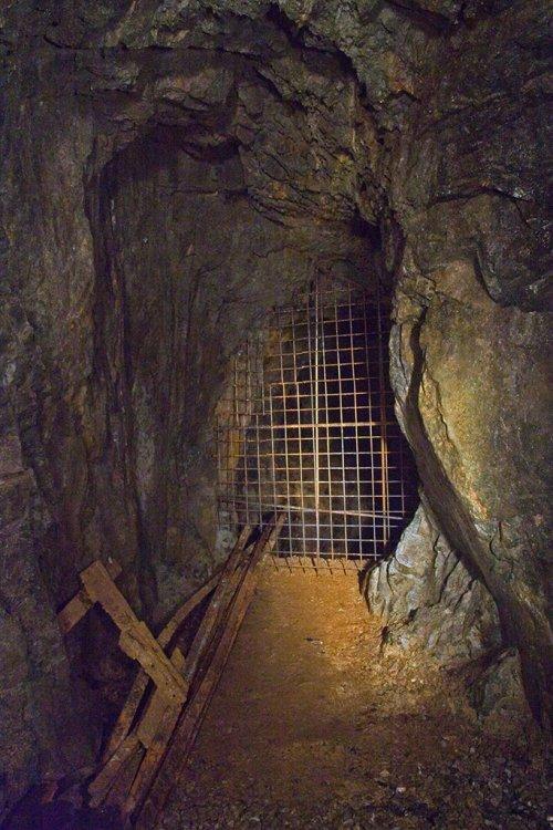 Za mříží se nachází zachovalé hloubení - 60m na 2. patro