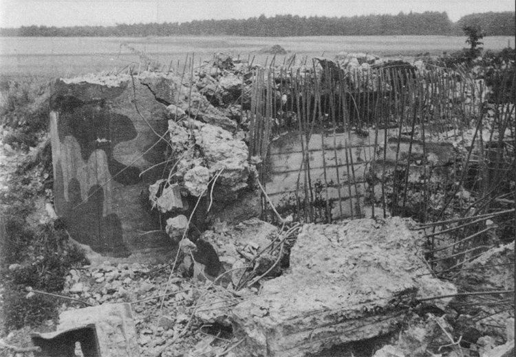 zničený řopík B-8/44/160z (1942 / foto J. Krupka)