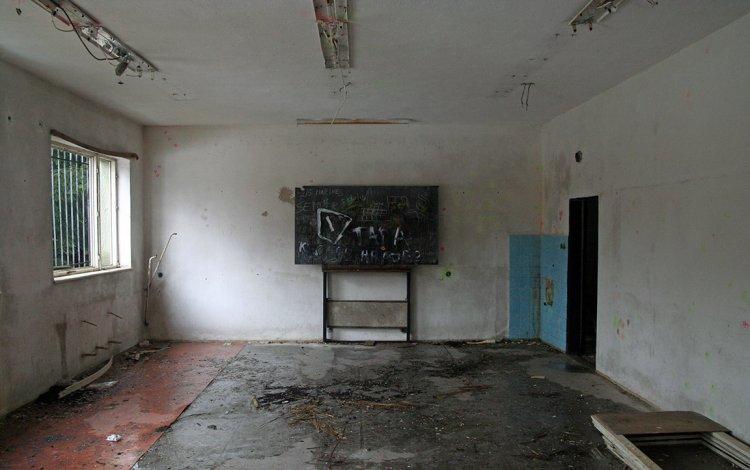 Učebna. Jakožto podsklepená část budovy netrpí poklesy podlahy a trháním stěn