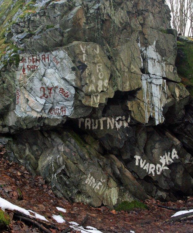 Skalka v lese nad palposty, plná nápisů vojáků ZS