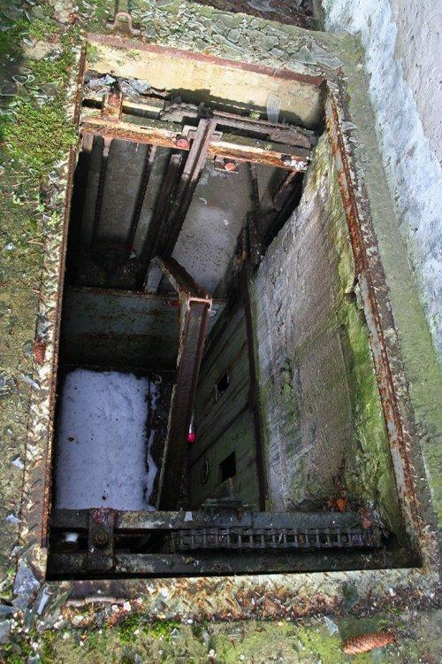 Šachta průmyslového výtahu, ústící do sklepních prostor