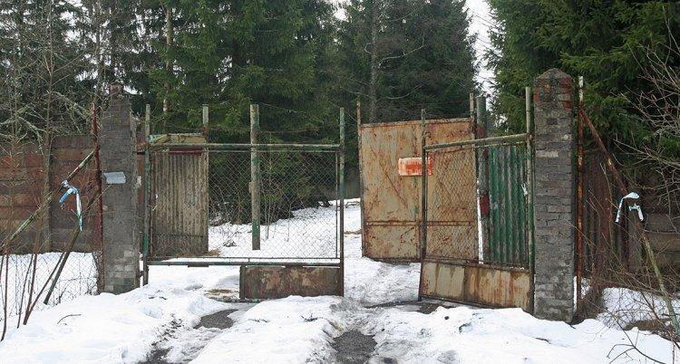 Vstupní brána základny u Vacíkova